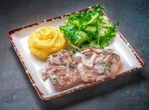 Медальоны из говяжьей вырезки в сливочно-грибном соусе